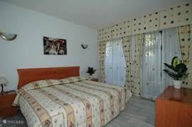 Slaapkamer 2 met doorgang naar aparte patio. De matrassen zijn van memoryfoam (vergelijkbaar met tempur)