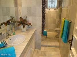 Badkamer 2 is niet en suite, maar ligt direct naast slaapkamer 2. Heeft een aparte douche en een toilet.