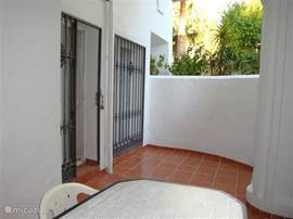 Eigen patio aan de koele zijde (gedeeltelijk overdekt) te bereiken via slaapkamer 2.