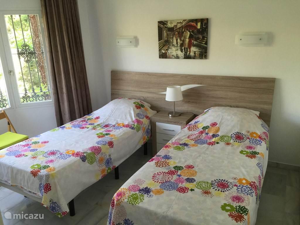 Slaapkamer 3 heeft een erker en inbouwkasten. De matrassen zijn van memoryfoam (vergelijkbaar met tempur)