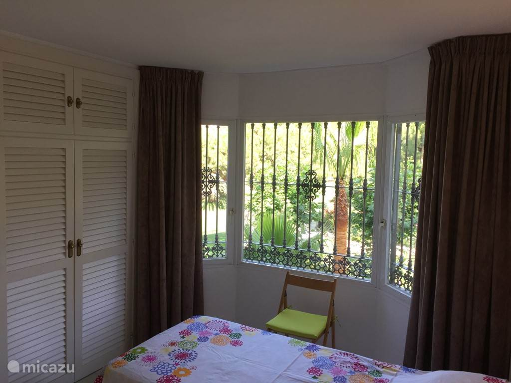 Slaapkamer 3 heeft uitzicht op het naast gelegen golfterrein.