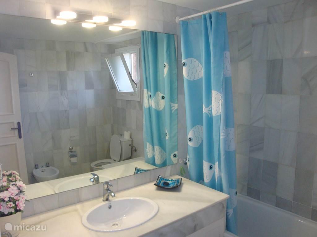 Badkamer 3 is en suite en heeft een douche in het ligbad en een toilet en bidet
