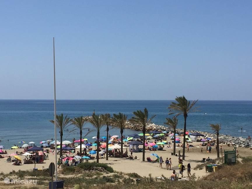 Gezellig en levendig strand van Cabopino (8 min. met de auto). Met verhuur van waterfietsen, jetski's e.d.
