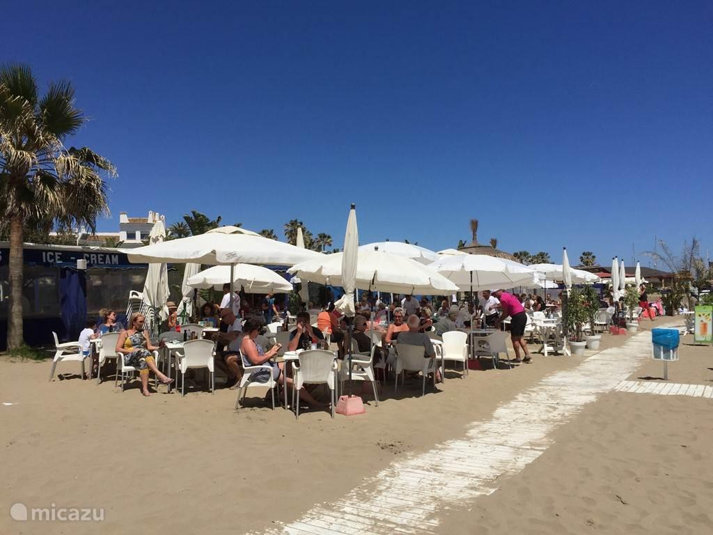 Beachbar Andy's Beach op Cabopino strand met regelmatig live muziek of DJ