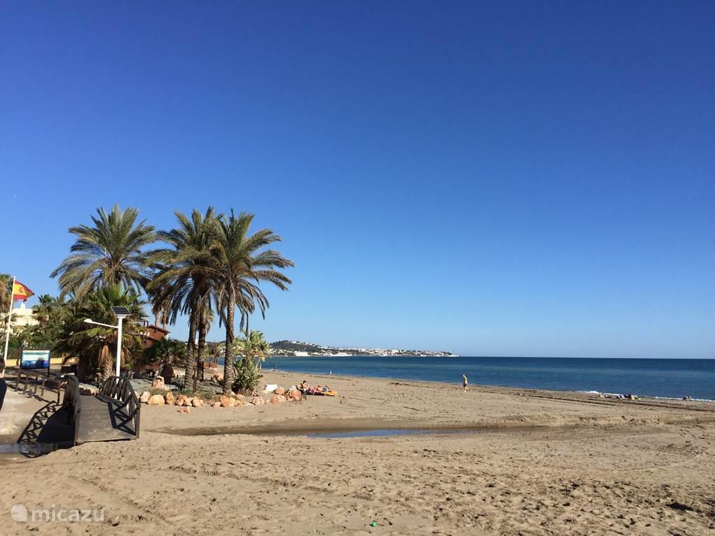 Nabij gelegen strand in La Cala met een heerlijk eettentje El Bombo (lekkerste paella)