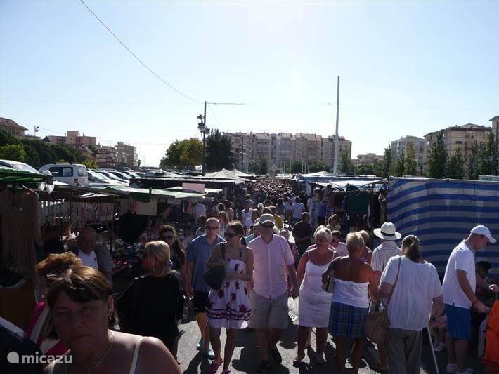Grootste markt van de Costa del Sol in Fuengirola. Elke dinsdag tot 14.00 uur