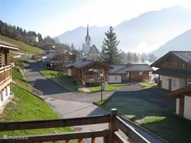 Uitzicht vanaf het terras op het oosten op het dorpje Wald en het zwembad.