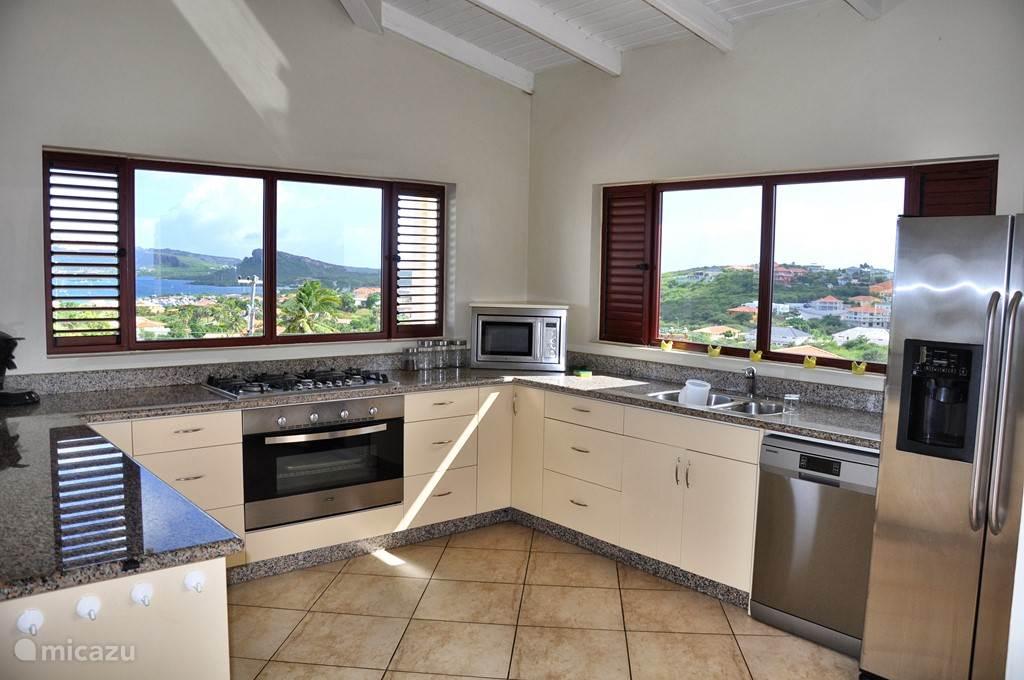 prachtige ruime keuken van het penthouse met fantastisch uitzicht