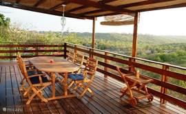 zicht vanaf terras apartments 3&4 op Jan Thiel Lagune & Natuurpark' U kunt er prima wandelen en flamingo's waarnemen in de zoutpannen!