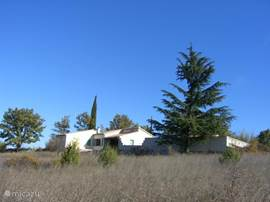 Detached villa with private pool. Magnificent views of Cevennes. Ideal for nature lovers: Peacefully, hiking directly from villa to 1 hour drive from Avignon, Nimes and Arles. 2 hours drive from Marseille, the Camargue and sea. Riding.