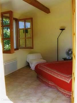 grote slaapkamer (2 bedden tegen elkaar geplaatst, kast)