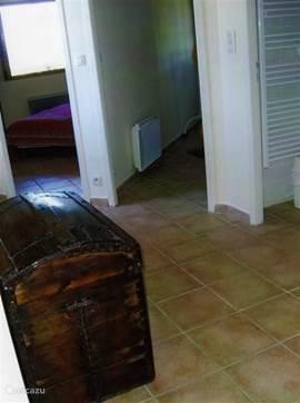 hal in nieuw gedeelte huis met deur naar 3 slaapkamers en 1 badkamer