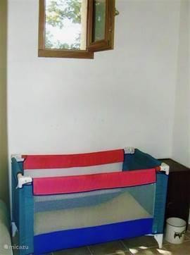 kinderbedje in één van de 3 slaapkamers in het nieuwe gedeelte van het huis