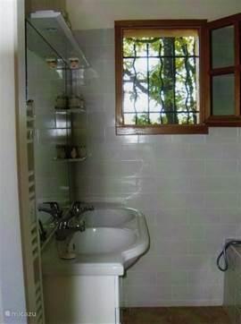 de wastafels in de badkamer van het nieuwe gedeelte van de villa
