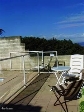 Op deze foto is het veiligheidshek rond het zwembad te zien en het opengedeelte in de muur, van waaruit U een prachtig u