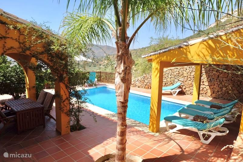 Vakantiehuis Spanje, Costa del Sol, Comares Villa Villa Amarilla Andalusie met Zwembad