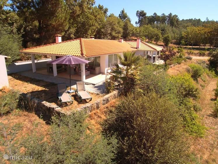 Casa Covas is een 4-persoons vakantiehuis met een geweldige veranda. Meer informatie per mail of raadpleeg onze website.