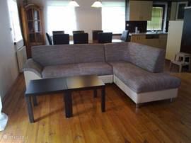 Heerlijke zithoek in de huiskamer bij de houtkachel en flatscreen TV met NL en buitenlandse zenders.