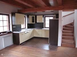 Keuken met de trap naar de etage. Deze keuken is van alle gemakken voorzien. Van kaasschaaf tot eierlepeltje; van magnetron tot oven.