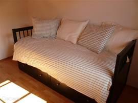Slaapkamer begane grond tevens speelkamer. Heerlijke licht ruimte.