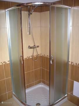 Badkamer 2 met separate douchecabine. Alles van hoge kwaliteit en afwerking.