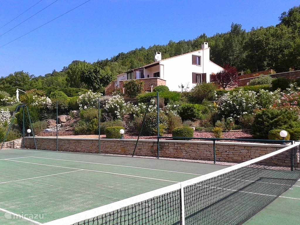 De Tennisbaan op het eigen terrein