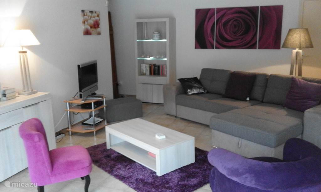 woonkamer met Nederlandse TV