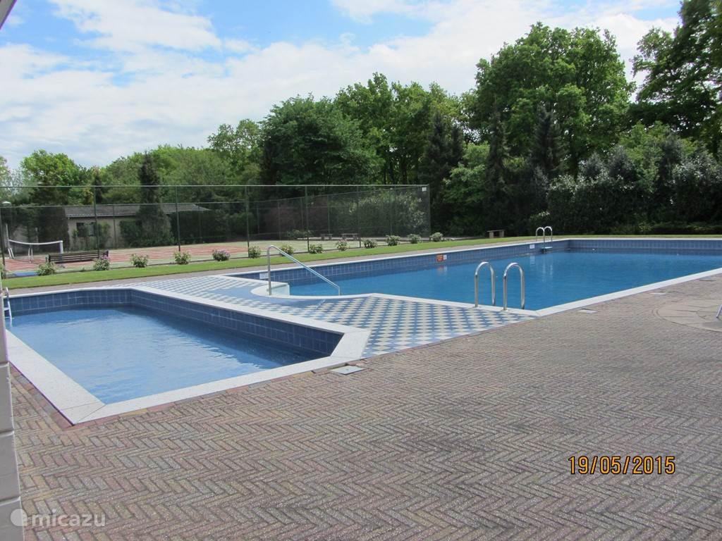 zwembad op het park geopend vanaf mei t/m augustus