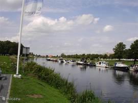 De vecht bij Ommen, heerlijk genieten op het water met een rondvaart boot of ......