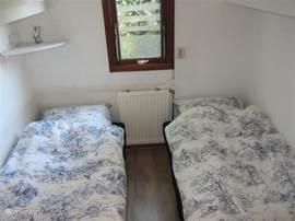 slaapkamer met 2x eenpersoons bed.