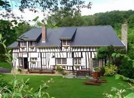Schitterend traditioneel vakwerk huis uit begin 19de eeuw. De woning is zeer sfeervol ingericht met grote openhaard en voorzien van alle gemakken. Gelegen in 5000m2 grote parktuin met vrij uitzicht over bos en glooiende akkers. U heeft volledige privacy.