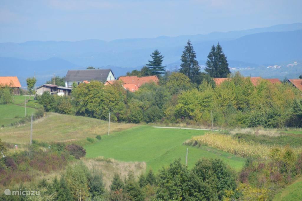 Het plaatsje Ozaljski Novaki op een kleine heuvel, met prachtig uitzicht, met name richting zuid en zuid-oost