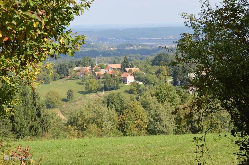 Een half uurtje lopen met blik op het dorp. En je waant je alleen op de wereld tussen tamme kastanje bossen en wijngaarden.
