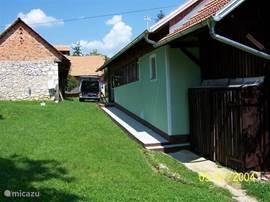 De andere zijde van het huisje met een gedeelte van het grasveldje voor eventueel een extra tentje voor de kinderen.