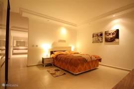 Slaapkamer met luxe badkamer