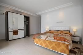 2x 2 persoons slaapkamer met schuifpui naar het zwembad