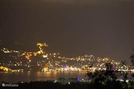 Uitzicht op Alanya by Night