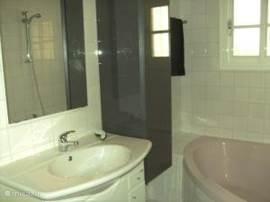 badkamer boven ook met bad , douche en toilet
