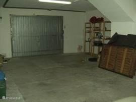Zeer ruime garage met wasmachine , spoelbak en opbergrekken