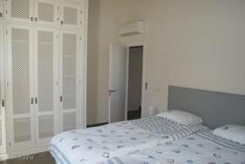 Prachtige, ruime en lichte 2 persoons slaapkamers met inbouw hang-en legkasten. Airco/verwarming aanwezig. Schitterend uitzicht vanuit het slaapkamerraam. De boxspringbedden zijn extra lang 2.20m. Ze zijn als twee losse 1 persoonsbedden en als litsjumeaux te gebruiken. Bed is opgemaakt als u komt.