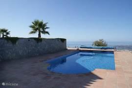 Het zoutwater zwembad van 5 x 10 meter. De diepte varieert van 1.40 tot 1.80m.