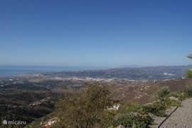 Panoramisch uitzicht over Velez-Malaga, Torre del Mar, Middellandse Zeekust en bergen. Vaak zijn er prachtige zonsondergangen. Vermeldenswaardig is de schitterende sterrenhemel bij nacht.