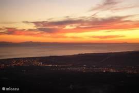 Zonsondergang gezien vanaf het terras met zicht op Gibraltar en Noord-Afrika