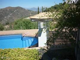 Het zwembad met aan de westkant een fenomenaal uitzicht op de bergen.