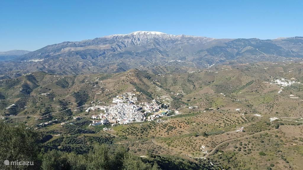 Het authentieke witte Andalusische dorpje Arenas  ligt in een dal achter het vakantiehuis. Arenas is een bezoek zeker waard. In de verte de Maroma (2067 m) waarop in de winter soms sneeuw ligt.  In voor- en najaar is de Maroma een prachtige bestemming voor een stevige dagwandeling.