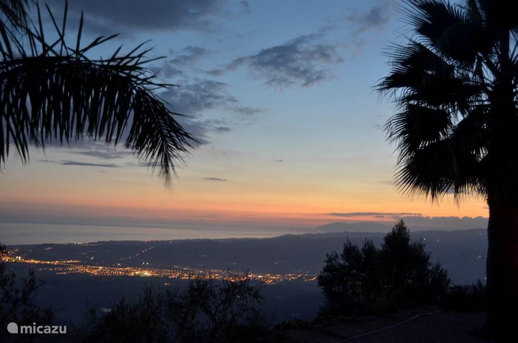 s'Avonds zie je vanaf het terras van Casa Permira de lichten van Velez Malaga en Torre del Mar aan de Middellandse zee. In de verte de lichten van Malaga.