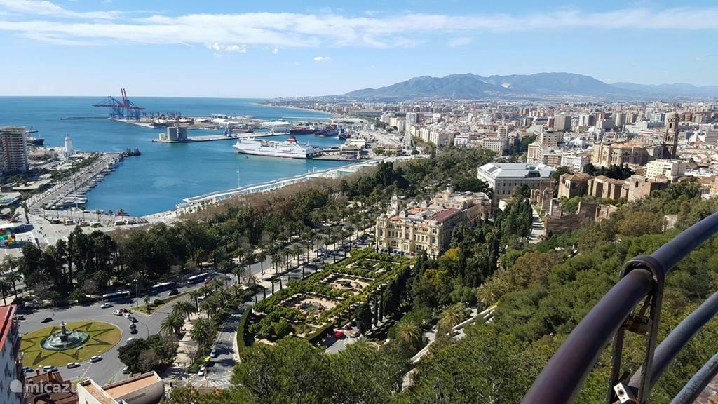 Een bezoek aan Malaga, op slechts 45 autominuten afstand is een absolute aanrader. Foto genomen vanaf het voetpad langs de buitenmuur van het Gibralfaro kasteel.