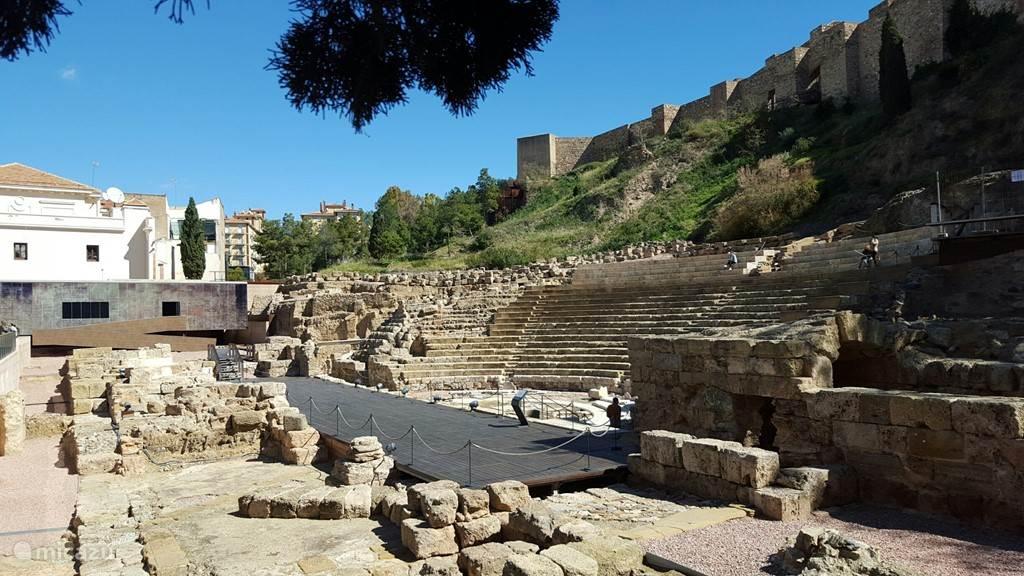 Romeins amfitheater van circa 200 na Chr. met daarboven het Moorse Alcazaba uit de 9e eeuw.