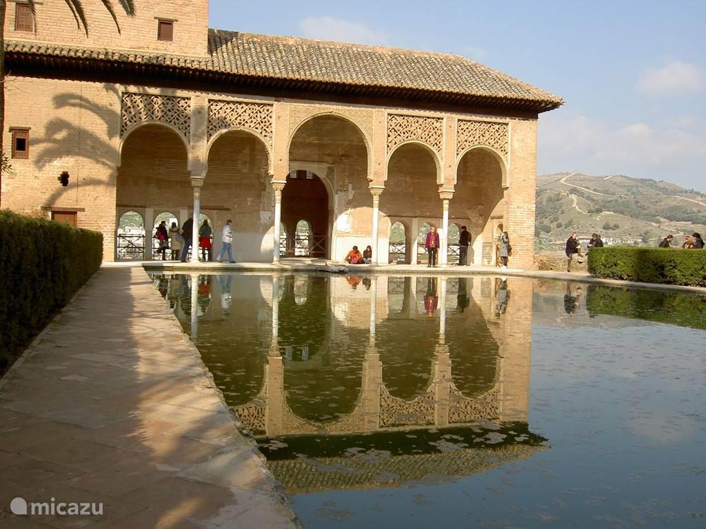 Het Alhambra in Granada is circa anderhalf uur rijden. Een bezoek aan het Alhambra is een onvergetelijk, mooie ervaring.
