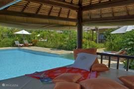 De  Bale Benong, een heerlijke plek om te lounchen of een dutje te doen in de vele kussens.